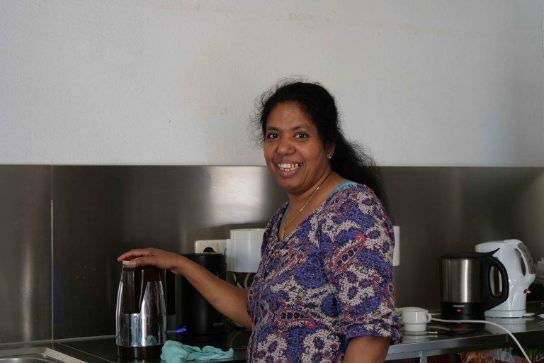 fleißige Helferin beim Kaffee kochen